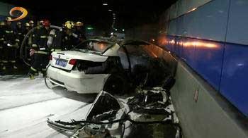 上海外滩隧道内一宝马撞墙燃烧 一家人3死1伤