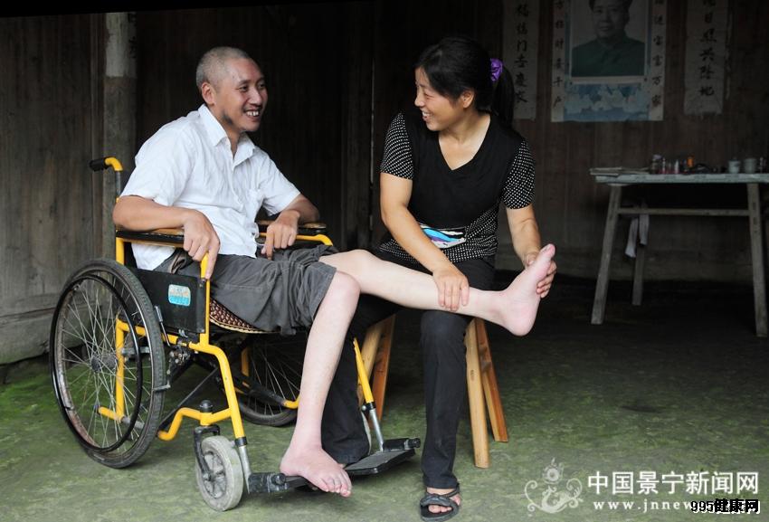 用爱撑起温暖的家 女子悉心照顾高位截瘫丈夫11年